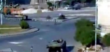 Tanques del ejército sirio en la ciudad de Hama.   Fotograma tomado del canal de televisión Al Arabiya