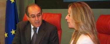 Trinidad Jiménez con el representante de los rebeldes libios. | Europa Press
