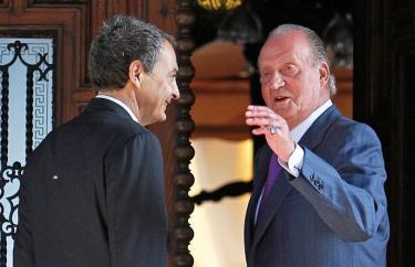 El Rey, ya sin muletas, recibe a Zapatero.   EFE