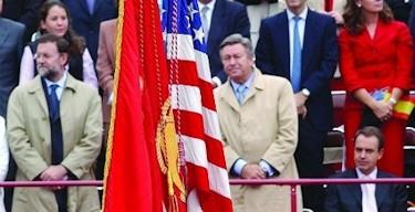 Zapatero, sentado al paso de la bandera de EEUU en 2004.