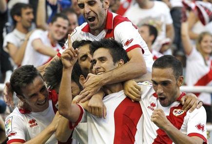 Los jugadores del Rayo Vallecano celebran uno de los goles. | EFE