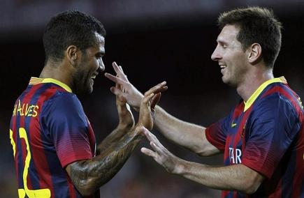 Dani Alves y Leo Messi celebran un gol del Barcelona. | EFE