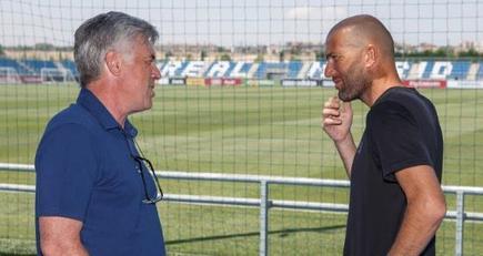 Carlo Ancelotti y Zinedine Zidane charlan en Valdebebas.   realmadrid.com