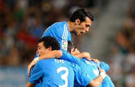 Arbeloa celebra el gol del Madrid con sus compañeros. | Cordon Press