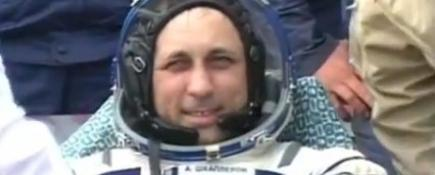 Ingeniero ruso Anton Shkaplerov, tras ser evacuado de la cápsula Soyuz TMA-22 minutos después de us aterrizaje | Agencias