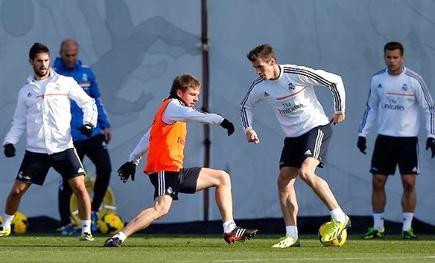 Gareth Bale controla el balón ante Illarramendi. | Foto: realmadrid.com
