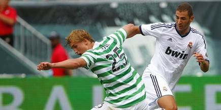 Karim Benzema (d) disputa un balón con Thomas Rogne, del Celtic. | EFE