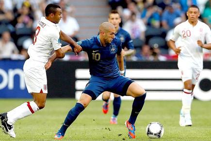 Benzema (d) controla el balón ante Ashley Cole. | EFE
