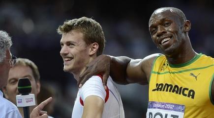 Bolt bromea con Lamaitre tras la carrera. | EFE