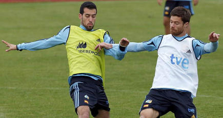 Busquets, durante un entrenamiento de la selección con Xabi Alonso.   EFE