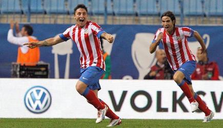 Cebolla Rodríguez (d) celebra su gol al Viktoria Plzen. | EFE