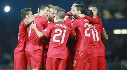 Cristiano celebra con sus compañeros uno de sus tres goles a Irlanda del Norte.   EFE
