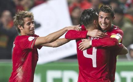 Cristiano Ronaldo (d) celebra su gol junto a Coentrao (i) y Miguel Veloso. | EFE