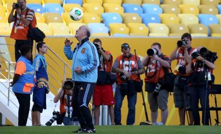 Del Bosque dirige el entrenamiento de la selección española en el mítico Maracaná. | EFE