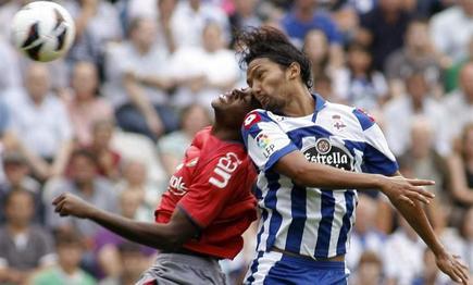 Abel Aguilar pelea con Loe.   EFE