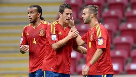 Derik (i) y Manquillo (c) felicitan a Jesé por su gol a Ghana. | EFE