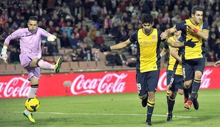 Diego Costa celebra su gol de penalti al Granada. | EFE