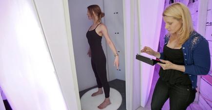 La modelo Jaela Judd prueba el escáner para tiendas de Bodymetrics en una demostración en agosto. | Cordon Press