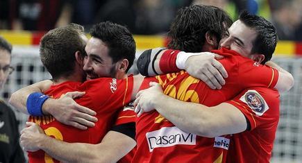 Los jugadores se abrazan tras ganar a Eslovenia. | EFE