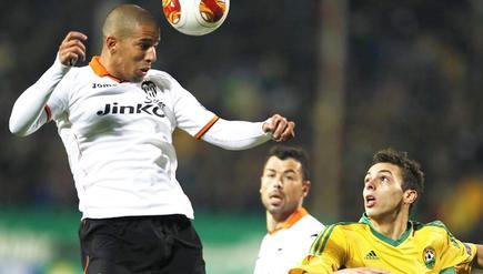 Feghouli cabecea el balón ante Javi Fuego y Melgarejo (d). | EFE