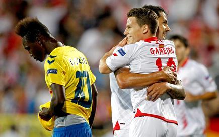 Gameiro celebra con Vitolo su gol al Estoril que daba la victoria al Sevilla. | Cordon Press