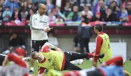 Guardiola da instrucciones a Ribéry durante el entrenamiento del Bayern. | EFE