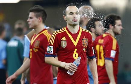 Andrés Iniesta bebe agua durante la pasada Copa Confederaciones.   Cordon Press