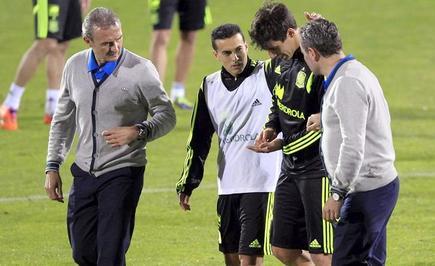 Javi Martínez (2d) abandona el entrenamiento de la selección española. | EFE