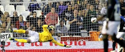 Joel no puede evitar el primer gol del Valencia. | EFE