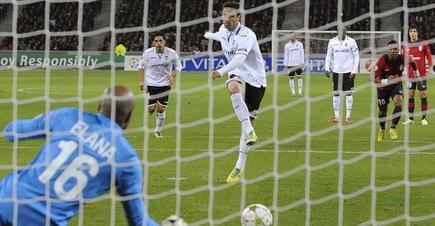 Jonas ha adelantado al Valencia de penalti. | EFE
