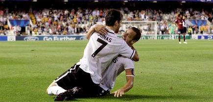 Jonas celebra con Soldado su primer gol. | EFE
