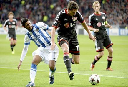Carlos Vela (i) pelea por un balón con Boenisch. | EFE