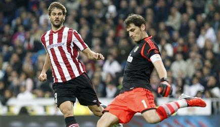 Fernando Llorente, ante Iker Casillas en el duelo del pasado sábado en el Bernabéu.   EFE