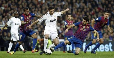 Xabi Alonso y Cesc Fábregas pugnan por un balón. | Archivo