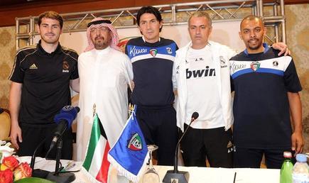 Iker Casillas y Mourinho posan junto al seleccionador de Kuwait (c) y el jugador Jarrah al-Ateqi. | EFE