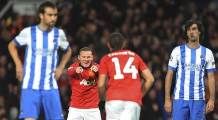 Rooney celebra con Chicharito el gol del Manchester United ante la desolada mirada de los jugadores realistas. | EFE