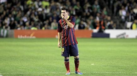 Leo Messi, en el momento de lesionarse en el Benito Villamarín. | EFE