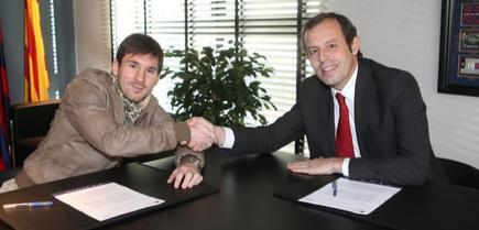 Messi y Rosell se felicitan por la firma del contrato. | fcbarcelona.es