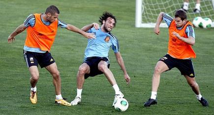 Michu (c), en el entrenamiento de la selección junto a Mario Suárez (i) e Íñigo Martínez. | EFE
