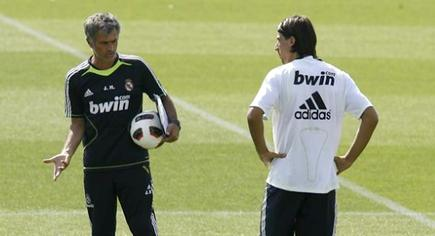 Mourinho da instrucciones a Khedira durante un entrenamiento. | Archivo