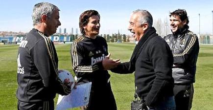 Manolo Preciado (2d), durante una visita a Valdebebas el pasado mes de marzo. | Foto: Real Madrid