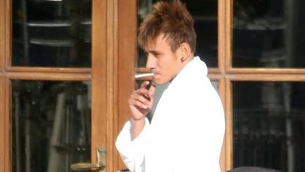 Fotografías de Neymar, o su doble, en la pausa de un rodaje. | Gazzeta dello Sport