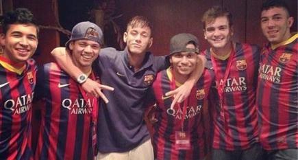 Neymar, junto a sus amigos, el día de la presentación con el Barcelona.
