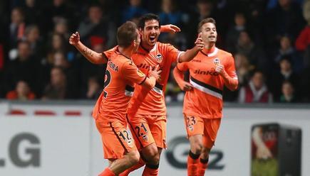 Dani Parejo (c) es felicitado por su gol al Swansea. | Cordon Press