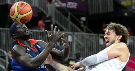 Pau Gasol (d) disputa un balón con Pops Mensah-Bonsu. | EFE