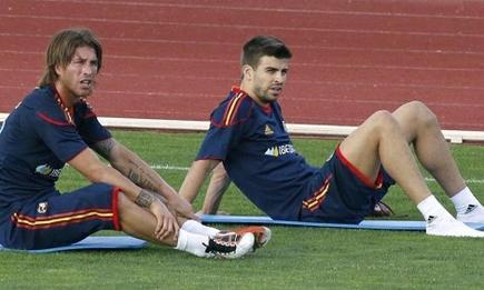 Sergio Ramos y Piqué, durante un entrenamiento con la selección.   EFE