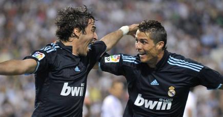 Raúl celebra un gol con Cristiano Ronaldo en un partido de Liga contra el Zaragoza jugado en abril de 2010. | Archivo