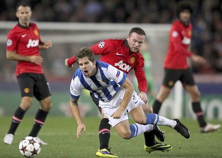 Íñigo Martínez cae ante la presencia de Wayne Rooney. | EFE