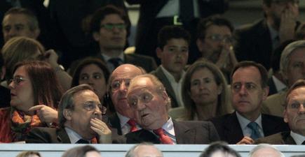 El Rey, junto a Florentino Pérez en el palco del Bernabéu.   EFE
