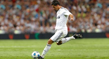 Cristiano Ronaldo, en el momento de ejecutar un golpe franco.